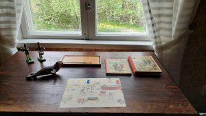 Palanderin talon lastenhuoneen kirjoituspöytä