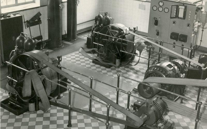 Valokuva sisältä Ahveniston vesilaitokselta. Kuvassa on vesipumppuja sekä ruudullinen laattalattia.