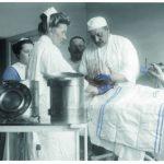Leikkaus Hämeenlinnan kaupunginsairaalassa 1900-luvun alussa. Valokuva Enok Rytkönen, HäKM