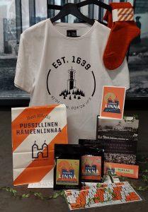 Matkamuistoja Hämeenlinnasta: kahvia, suklaata, teetä, t-paita, sukat, kirja