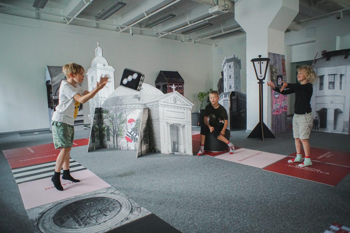 Lapset pelaamassa Skidipeli Hämeenlinnaa ARX Galleriassa.